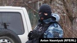 Российский силовик во время одного из обысков в Крыму, иллюстрационное фото