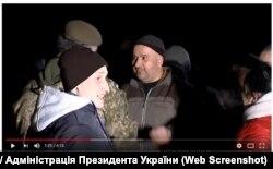 Петро Порошенко обнімає Віталія Швайка під час обміну полоненими