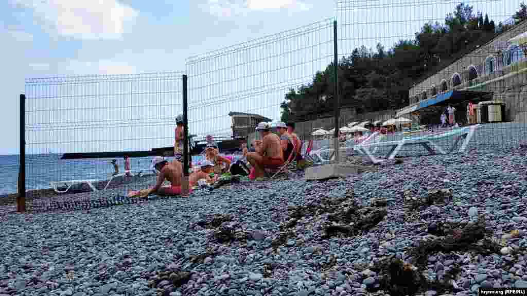 По соседству за решеткой расположен пляж санатория «Курпаты». Пройти туда можно всем желающим, чтобы воспользоваться раздевалкой и другими удобствами