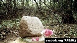 Памятны знак на месцы гібелі амэрыканцаў, што ляцелі на паветраным шары.