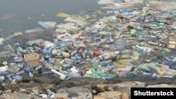 Poluare cu materiale plastice...