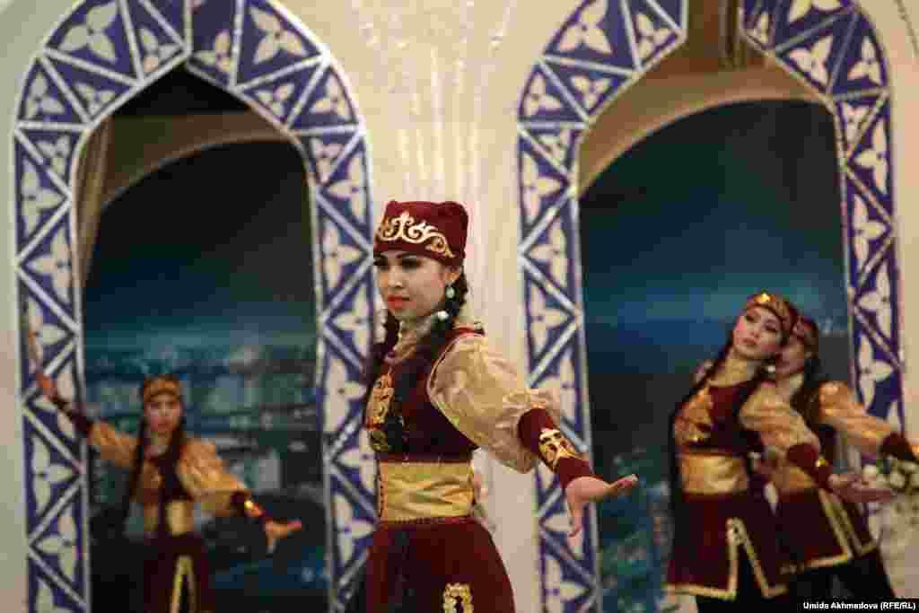 Еще один казахский танец.