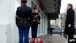 Emmanuel Macron gjatë nderimit të viktimave të sulmit në redaksinë e revistës Charlie Hebdo në Paris