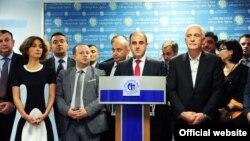 Завтра депутатам городского собрания предстоит утвердить кандидатов, представленных новым мэром на высокие должности в городском правительстве. Представители «Национального движения» не скрывают, что не намерены голосовать ни за одного из 28 кандидатов