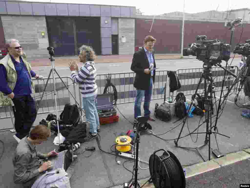 Novinari ispred pritvorske jedinice Sheveningen u Holandiji čekaju dolazak Mladića