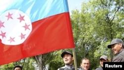 """Элдик ыктыярдуу кошуун. Бишкек. """"Форум"""" кеңсесинин жаны. 2010-жыл, 14-май"""