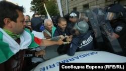 Протестът започна със сбъсъци между протестиращи и полиция