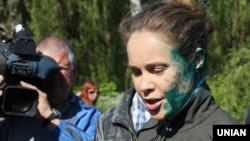 Це не перший такий інцидент із Наталією Королевською. Минулого року у Слов'янську на Донеччині 9 травня її облили зеленкою, водою та закидали яйцями