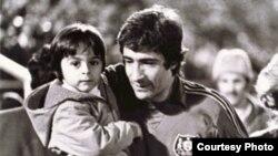 آتیلا حجازی در آغوش پدر پس از پایان یک مسابقه فوتبال