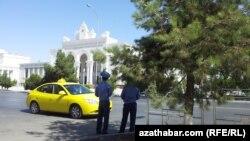 Türkmenistanyň paýtagty Aşgabadyň köçeleriniň birinde polisiýa işgärleri köçe-ýol hereketine gözegçilik edýärler.