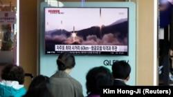 Televizioni jugkorean jep lajmin për provën raketore që ka kryer Koreja e Veriut, më 29 prill.