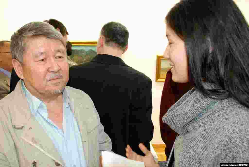 На выставке «Мыслить по-казахски» представлены 23 скульптурызаслуженного деятеля Казахстана Тлеуберды Бинашева (слева на фото).