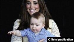 Dukesha e Kembrixhit dhe djali i saj, princi George.