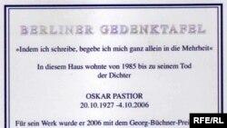 Placa memorială dedicată lui Oskar Pastior