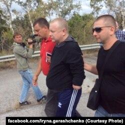 Владимир Жемчугов (в центре) после освобождения из плена