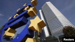 Logo eura ispred sjedišta Evropske centralne banke
