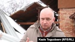 Лидер оппозиционной партии «Алга» Владимир Козлов выступает перед журналистами у дачного дома, который принадлежит его теще. Алматинская область, Карасайский район, 22 февраля 2011 года.