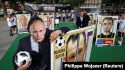 """Этот снимок сделан на акции """"Репортеров без границ"""" в Париже в защиту журналиста Алексея Кунгурова, 13 июня 2018 года"""