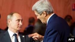 Президент России Владимир Путин (слева) и госсекретарь США Джон Керри.