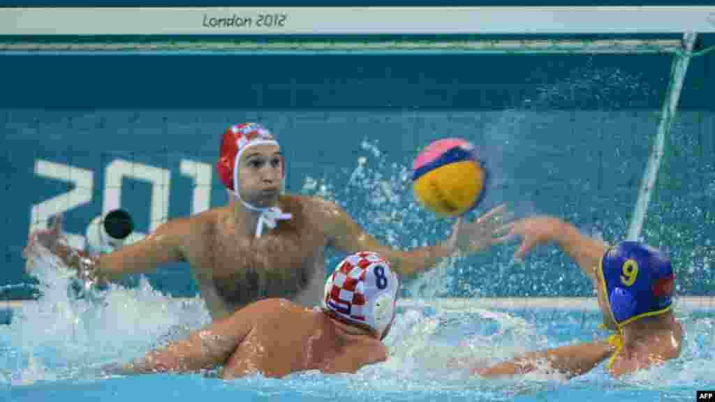 Vaterpolo reprezentacija Hrvatske plasirala se u finale turnira na Olimpijskim igrama u Londonu pošto je u polufinalu savladala Crnu Goru sa 7:5, 10. august 2012.