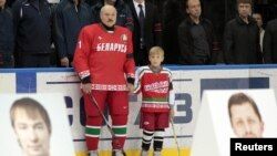 Александр Лукашенко - президент и хоккеист - с сыном