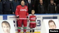 Александр Лукашенко ұлымен бірге хоккейге келді. Минск, 8 қыркүйек 2011 жыл. (Көрнекі сурет)