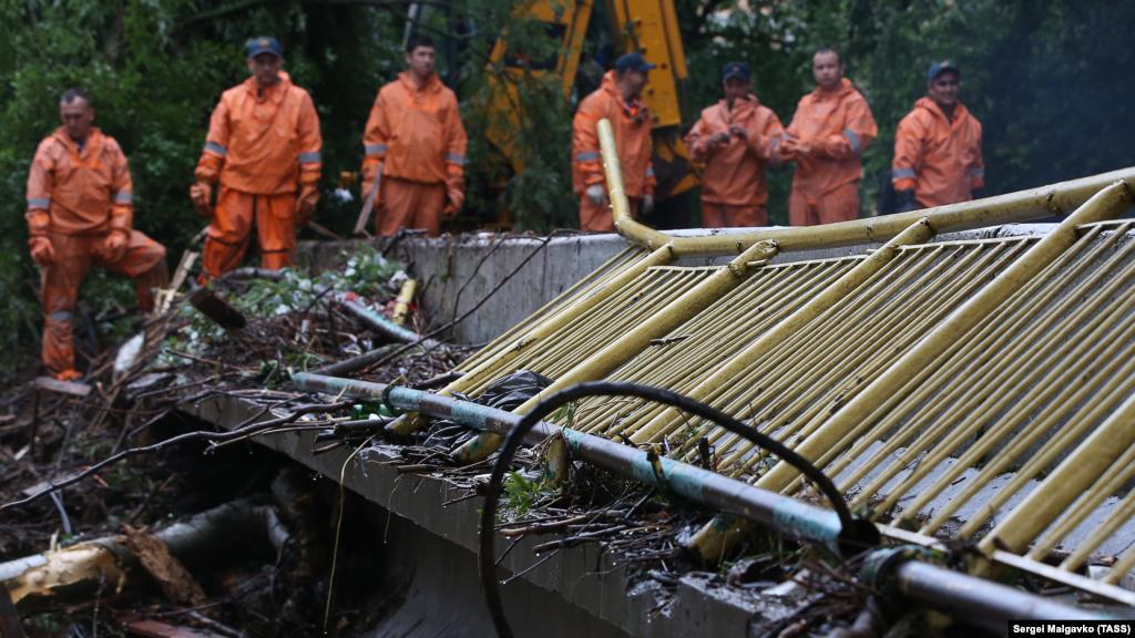 Співробітники МНС Росії по Криму розчищають русло річки Бельбек у селі Куйбишеве, що вийшла з берегів у результаті рясних опадів