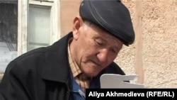 Даулет Естебаев, помощник акима села Кызылагаш. Архивное фото. Кызылагаш, май 2010 года.