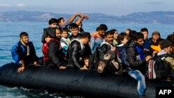 Надувная лодка с мигрантами в Эгейском море.