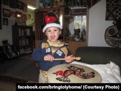 Анатолий Фомин в своем доме в Уналашке, штат Аляска