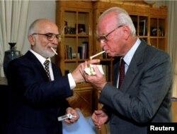 ملک حسین (چپ) و اسحاق رابین در حاشیه امضای توافق صلح در ۱۹۹۴