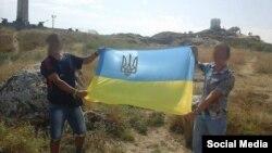 Активисты с украинским флагом на горе Митридат в Крыму 24 августа 2015 года