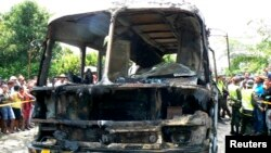 Спасатели оцепили сгоревший автобус. Фундасьон, 19 мая 2014 года.