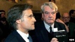 Британский историк Дэвид Ирвинг (справа) со своим адвокатом перед началом суда