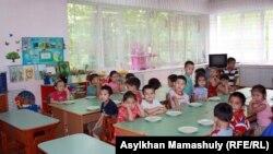 """Дети в детском саду """"Ертостик"""". Алматы, 11 июня 2013 года."""