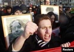 Участник антифашистского митинга с портретом Анастасии Бабуровой в Москве, Россия, 19 января 2013 года