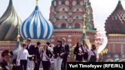 Российские выпускники на Красной площади, Москва, 25 мая 2012 года.
