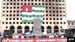 Сход в поддержку независимости Абхазии в центре Сухуми 21 августа