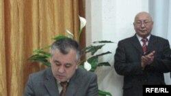 Өмүрбек Текебаев БЭКтин документтерине кол коюуда.