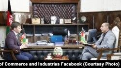 عبدالکریم ملکیار سرپرست معینیت صنعت و تجارت (راست) حین دیدار با آرتم ترنینکو رئیس شرکت DnSZ و معاون اتاق تجارت اوکراین در کابل