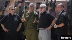 بنیامین نتانیاهو (نفر دوم از راست) نخست وزیر اسرائیل همراه با اهود باراک (نفر اول از چپ) وزیر دفاع