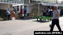 Food prices have been rising in Turkmenistan's bazaars and markets in recent days. (file photo)