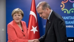 Angela Merkel i Redžep Tajip Erdogan tokom susreta na UN humanitarnom summit u Istanbul, 23. maja, 2016.