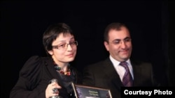 Seda Papoyan of RFE/RL's Armenian Service receives a Silver Microphone award.