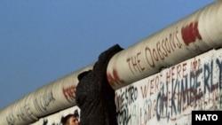Більшість східнонімецьких втікачів не хотіли повертатися до комуністичного «раю» за Берлінською стіною. Берлін 1989 р.