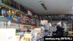 Покупатели в небольшом продуктовом магазине в Алматы. Иллюстративное фото.