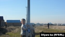 Ақжайық шағын ауданында ойнап жүрген бала. Шымкент, 15 қаңтар 2016 жыл.