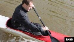 Медведев катается на каноэ по каналу стрельнинского парка