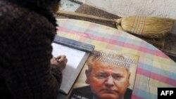 Upisivanje u knjigu žalosti blizu mesta gde je sahranjen Slobodan Milošević