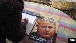 Žena se potpisuje u knjigu žalosti za Slobodana Miloševića